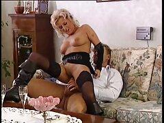 قام جوني سينز بجلد امرأتين على الأريكة سكسي كردي جديد
