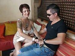 شقراء مع بطن جميل سكسيجديد نشرت نيكوليت ساقيها أمام رجل